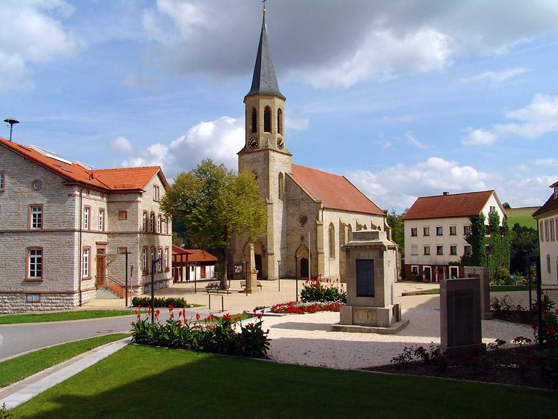 Kirche mit Vorplatz in Merchingen