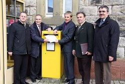 Bürgermeister werfen Bewerbungsunterlagen in den Postkarten